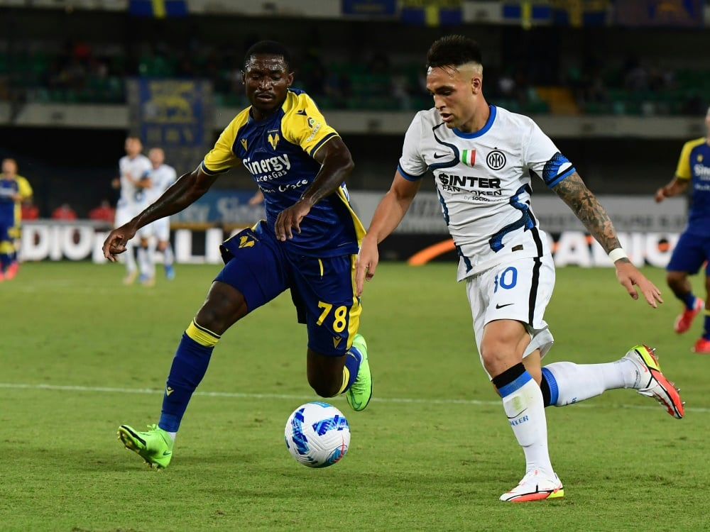 Lautaro Martinez (r.) bleibt bei Inter Mailand. ©SID MIGUEL MEDINA