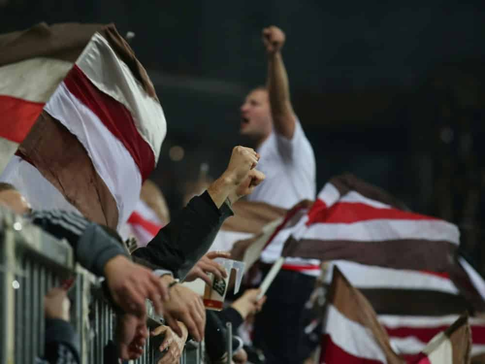 Für die Fans vom FC St. Pauli gilt nun die 2G-Regel . ©firo Sportphoto/SID