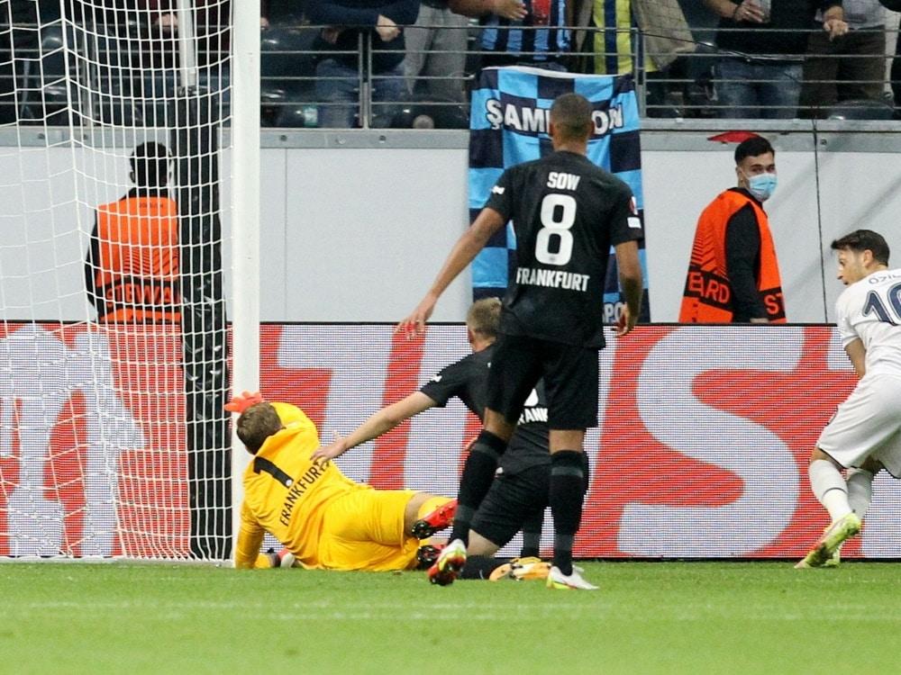 Özil (R.) verhindert den Sieg der Eintracht. ©SID DANIEL ROLAND