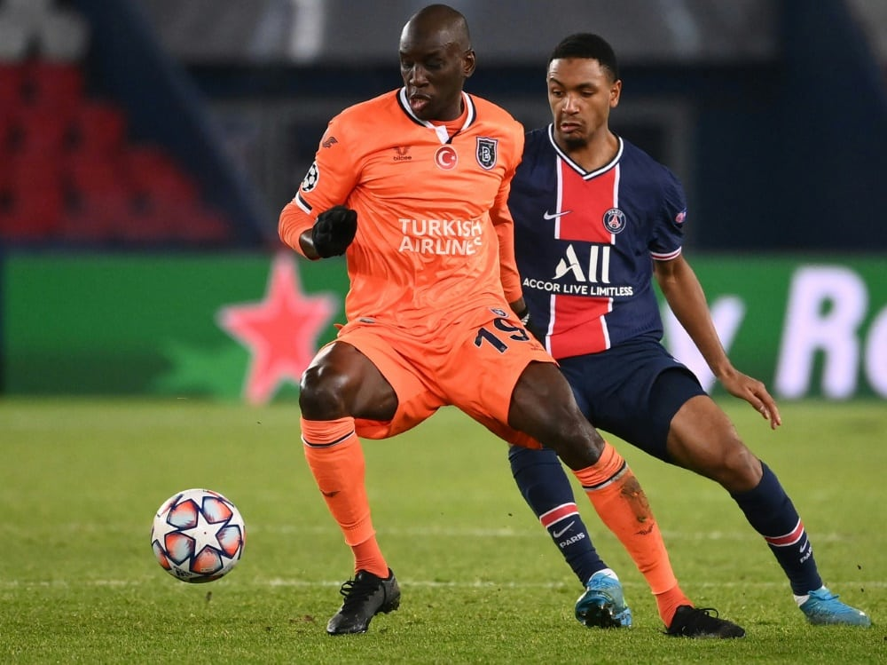 Demba Ba (l.) beendet seine Spielerkarriere. ©SID FRANCK FIFE