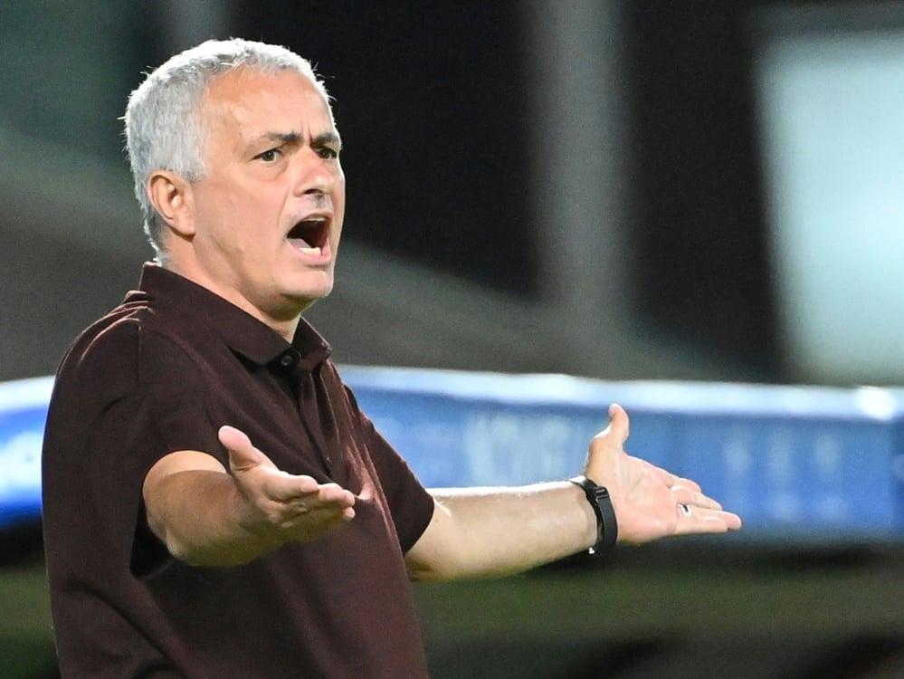 Jose Mourinho muss mit dem Sparkurs von AS Rom arbeiten. ©SID ALBERTO PIZZOLI