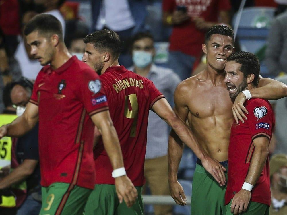 Ronaldo (Mitte) feiert seinen Tor-Weltrekord. ©SID CARLOS COSTA