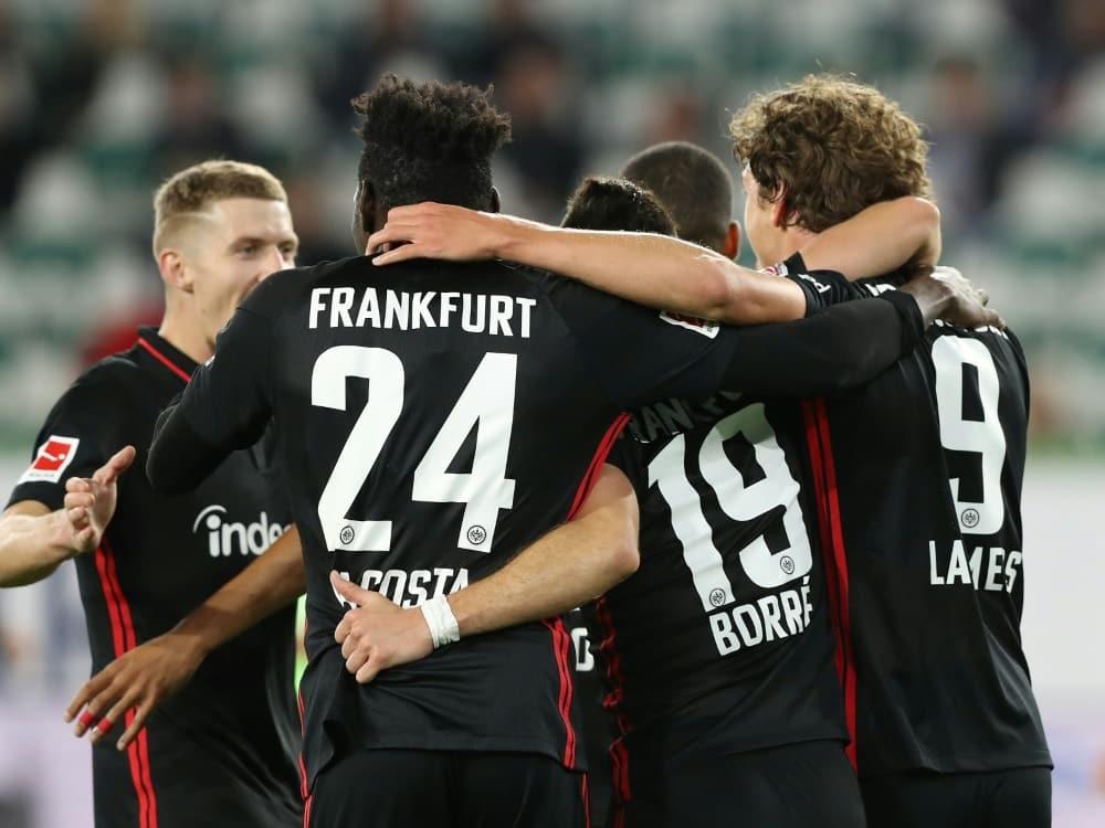 Frankfurter freuen sich über einen Punkt aus Wolfsburg. ©firo Sportphoto/SID